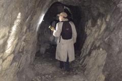 In der Schieferhöhle am Waldweg im Heumst