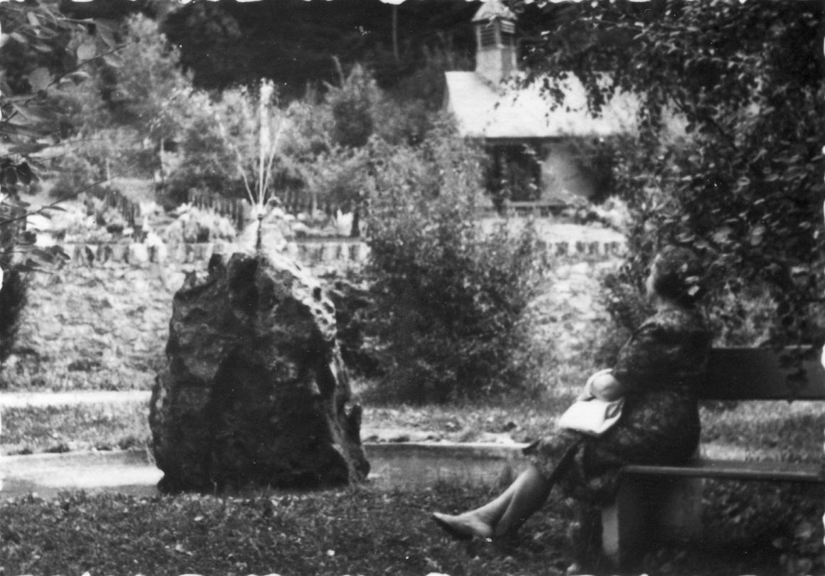 Am Brunnen der Friedhofsanlage