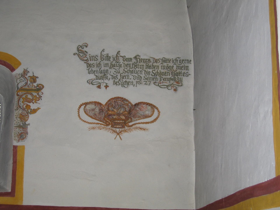 Johannes Kapelle Altarraum - Spruch neben original Fenster