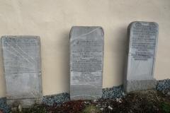 Alte Grabsteine vor der Johanneskapelle